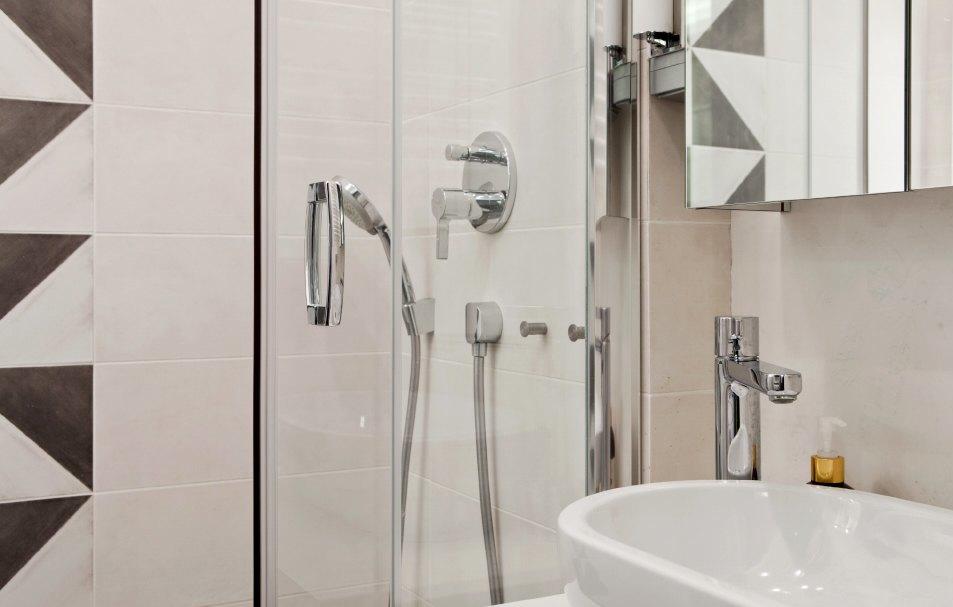 Установить сантехнику в ванной